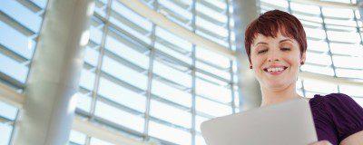 Frau mit Tablet schmal 400x160 - SAP-Check-Up von Innovabee
