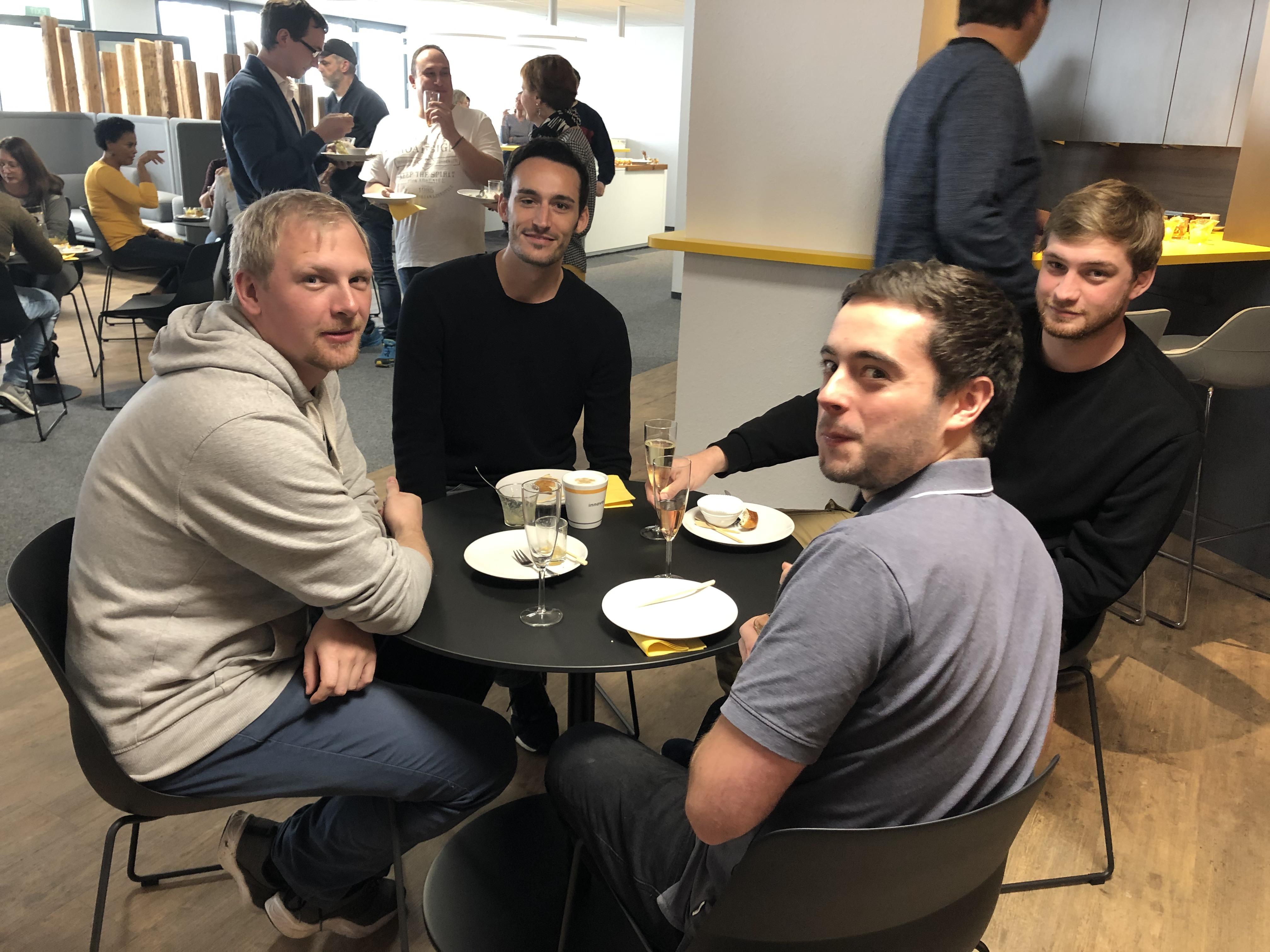 News Foto Einweihung Lounge 10 - Gepflegt chillen und arbeiten: Innovabee weiht neue Lounge ein