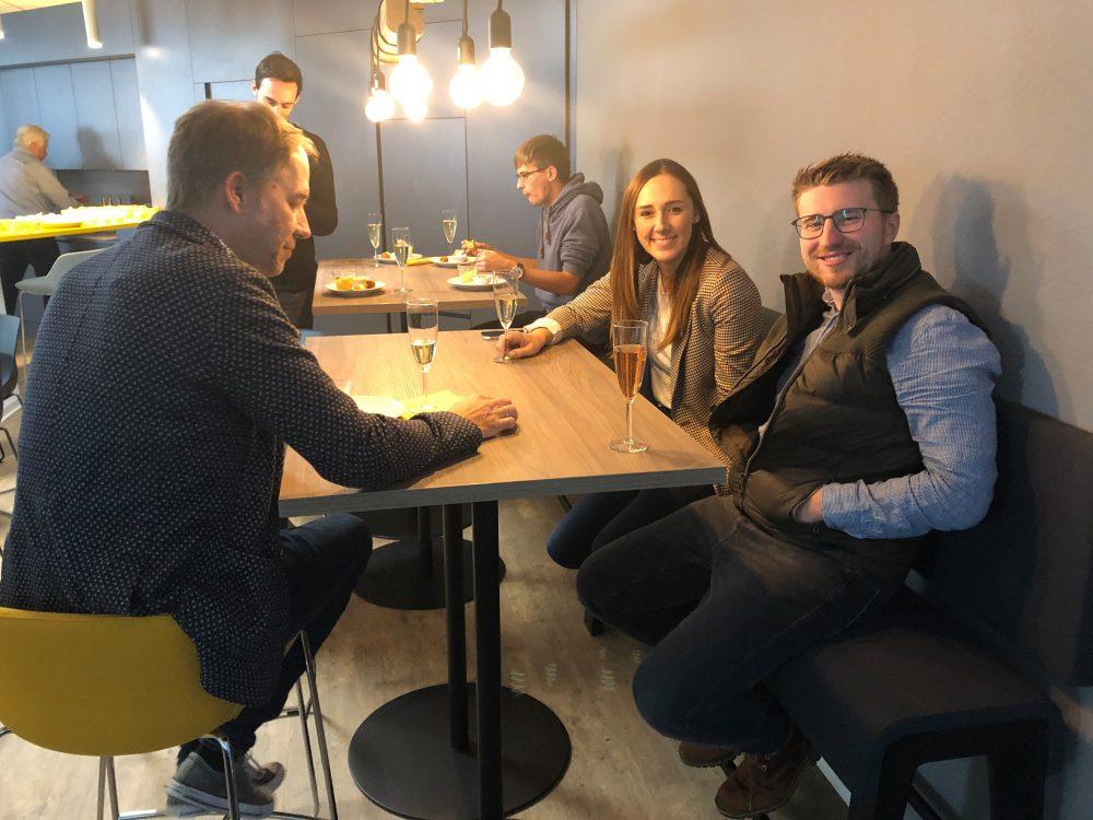 News Foto Einweihung Lounge 2 e1571304297553 - Gepflegt chillen und arbeiten: Innovabee weiht neue Lounge ein