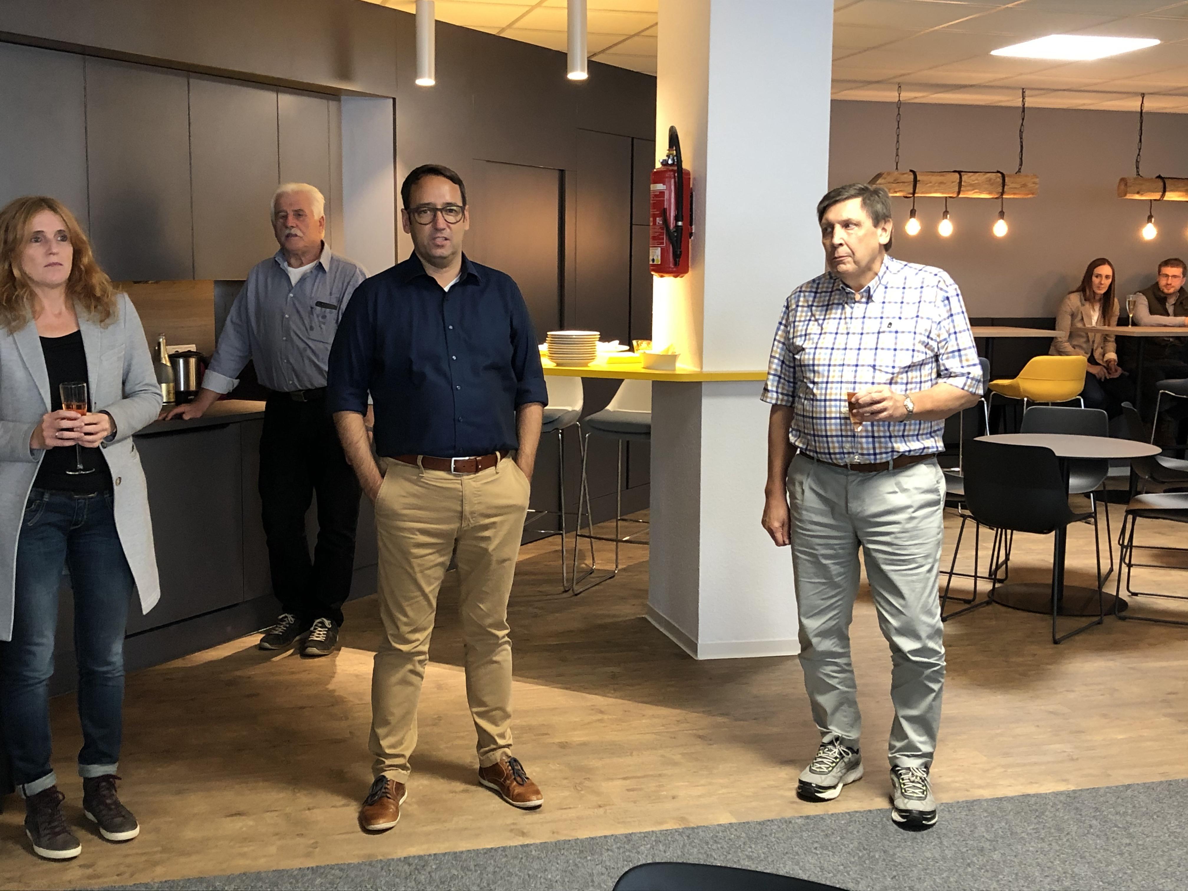 News Foto Einweihung Lounge - Gepflegt chillen und arbeiten: Innovabee weiht neue Lounge ein