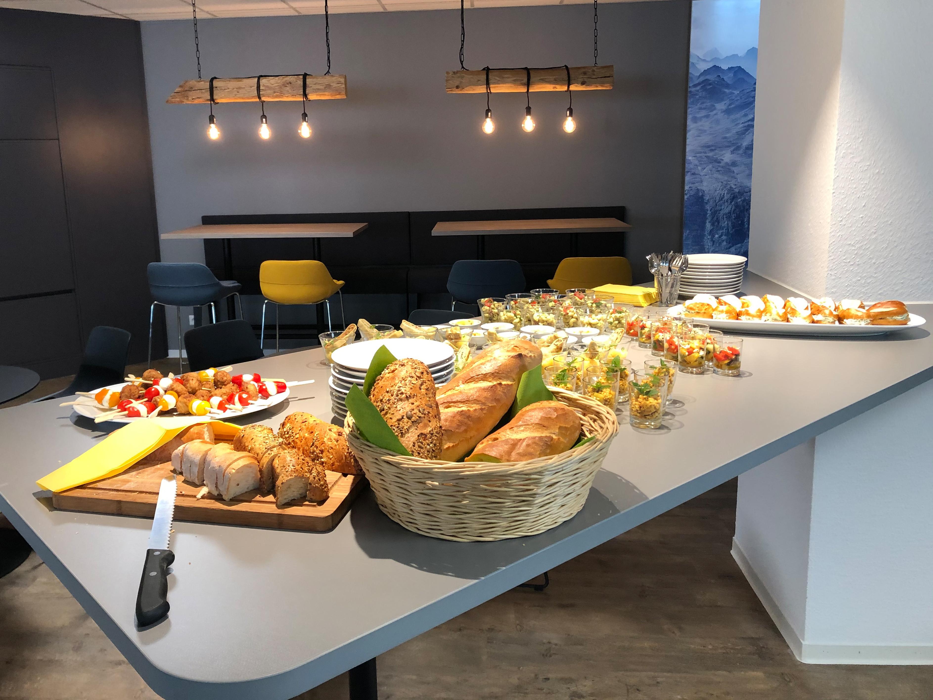 News Foto Lounge Fingerfood 3 - Gepflegt chillen und arbeiten: Innovabee weiht neue Lounge ein